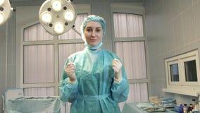 Νοσοκόμα κοριτσιών στο λειτουργούν δωμάτιο φιλμ μικρού μήκους