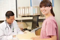 Νοσοκόμα με την εργασία γιατρών στο σταθμό νοσοκόμων Στοκ φωτογραφία με δικαίωμα ελεύθερης χρήσης