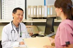 Νοσοκόμα με την εργασία γιατρών στο σταθμό νοσοκόμων Στοκ φωτογραφίες με δικαίωμα ελεύθερης χρήσης
