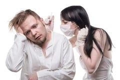 Νοσοκόμα με το εμβόλιο και άρρωστος άνδρας Στοκ Εικόνες