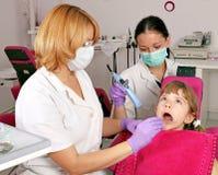 Νοσοκόμα οδοντιάτρων και ασθενής μικρών κοριτσιών στοκ φωτογραφία