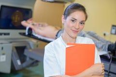 Νοσοκόμα πορτρέτου στη μονάδα ακτινολογίας Στοκ φωτογραφία με δικαίωμα ελεύθερης χρήσης