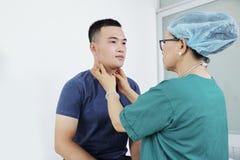 Νοσοκόμα που εξετάζει τον ασθενή στοκ εικόνες