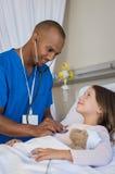 Νοσοκόμα που εξετάζει το κορίτσι Στοκ Εικόνες