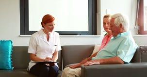 Νοσοκόμα που επισκέπτεται τους ασθενείς της απόθεμα βίντεο