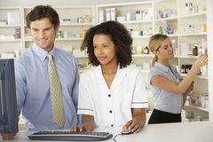 Νοσοκόμα που εργάζεται στον υπολογιστή στο φαρμακείο στοκ εικόνες με δικαίωμα ελεύθερης χρήσης