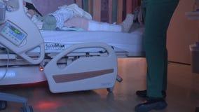 Νοσοκόμα που ελέγχει σε έναν ασθενή απόθεμα βίντεο