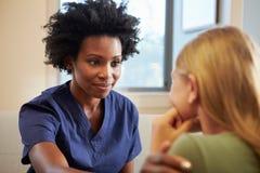 Νοσοκόμα που μεταχειρίζεται το βάσανο έφηβη με την κατάθλιψη Στοκ Φωτογραφία