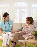 Νοσοκόμα που μετρά τη πίεση του αίματος Στοκ Εικόνες