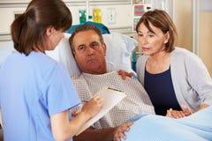 Νοσοκόμα που μιλά στο ζεύγος στο θάλαμο στοκ εικόνα με δικαίωμα ελεύθερης χρήσης