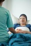 Νοσοκόμα που μιλά με τη γυναίκα με τον καρκίνο Στοκ Φωτογραφία