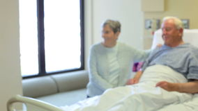 Νοσοκόμα που μιλά στο ανώτερο ζεύγος στο δωμάτιο νοσοκομείων φιλμ μικρού μήκους