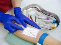Νοσοκόμα που παίρνει το αίμα για την ανάλυση μέσω της συσκευής προβολέων φλεβών στοκ εικόνες με δικαίωμα ελεύθερης χρήσης