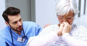 Νοσοκόμα που παρηγορεί τον τονισμένο θηλυκό ανώτερο ασθενή φιλμ μικρού μήκους