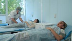 Νοσοκόμα που προετοιμάζει τη φλέβα του ασθενή προκειμένου να τεθεί IV σωλήνας απόθεμα βίντεο