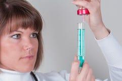 Νοσοκόμα που προετοιμάζει το injektion που απομονώνεται στο λευκό στοκ φωτογραφία