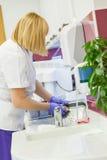 Νοσοκόμα που πλένει τους οδοντικούς εξοπλισμούς Στοκ φωτογραφία με δικαίωμα ελεύθερης χρήσης