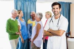 Νοσοκόμα που στέκεται με τα όπλα που διασχίζονται στοκ εικόνα με δικαίωμα ελεύθερης χρήσης