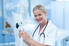 Νοσοκόμα που συνδέει μια ενδοφλέβια σταλαγματιά στοκ εικόνα με δικαίωμα ελεύθερης χρήσης
