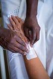 Νοσοκόμα που συνδέει IV σταλαγματιά σε ετοιμότητα ασθενών Στοκ φωτογραφία με δικαίωμα ελεύθερης χρήσης