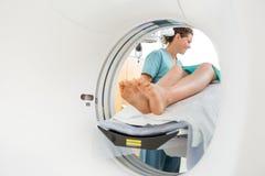 Νοσοκόμα που φαίνεται υπομονετική στην ανίχνευση CT στοκ φωτογραφίες με δικαίωμα ελεύθερης χρήσης