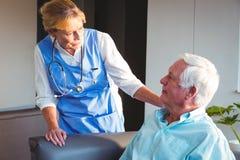 Νοσοκόμα που φροντίζει ένα ανώτερο άτομο στοκ εικόνες