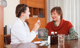 Νοσοκόμα που φροντίζει για την ανώτερη γυναίκα Στοκ Φωτογραφίες