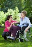 Νοσοκόμα που φροντίζει την ηλικιωμένη γυναίκα Στοκ Φωτογραφίες