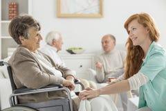 Νοσοκόμα που φροντίζει τη γυναίκα Στοκ Εικόνες