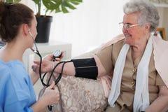 Νοσοκόμα στην εγχώρια επίσκεψη Στοκ Φωτογραφίες