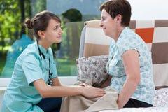 Νοσοκόμα στο σπίτι του ασθενή Στοκ Εικόνες