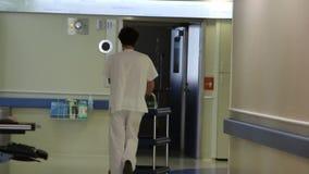 Νοσοκόμος νοσοκομείων από πίσω απόθεμα βίντεο