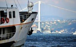 νοσταλγικά σκάφη που λειτουργούν στη γραμμή γεφυρών και λαιμών Στοκ Εικόνες