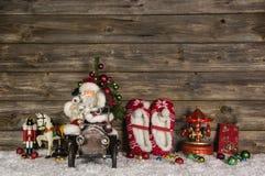 Νοσταλγική ξύλινη διακόσμηση Χριστουγέννων με τα παλαιά παιχνίδια παιδιών επάνω στοκ εικόνες