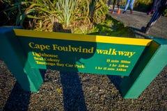 ΝΟΤΙΟ ΝΗΣΙ, ΝΕΑ ΖΗΛΑΝΔΙΑ 25 ΜΑΐΟΥ 2017: Ένα πληροφοριακό σημάδι της διάβασης πεζών ακρωτηρίων foulwind, στη Νέα Ζηλανδία Στοκ φωτογραφία με δικαίωμα ελεύθερης χρήσης