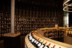 Νουβέλα του Μπορντώ Aquitaine/Γαλλία - 03 28 2019: Αναφέρετε τις σειρές du vin των μπουκαλιών κρασιού για την πώληση στοκ εικόνες