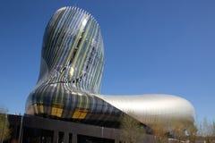 Νουβέλα του Μπορντώ Aquitaine/Γαλλία - 03 28 2019: Αναφέρετε το νέο μουσείο κρασιού du vin στον ουρανό του Μπορντώ onblue - Μπορν στοκ εικόνες