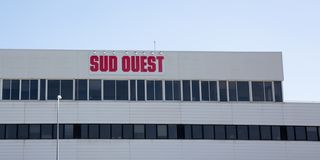 Νουβέλα του Μπορντώ Aquitaine/Γαλλία - 03 28 2019: Γαλλική εφημερίδα τρίτος Ouest Sud - μεγαλύτερος περιφερειακός καθημερινά στη  στοκ φωτογραφία με δικαίωμα ελεύθερης χρήσης