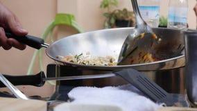 Νουντλς και αυγό γαρίδων που τηγανίζονται στο wok Βαθμιαία μαγειρεύοντας μαξιλάρι Ταϊλανδός Ταϊλανδική κουζίνα closeup 4K φιλμ μικρού μήκους