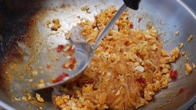 Νουντλς και αυγό γαρίδων που τηγανίζονται στο wok Βαθμιαία μαγειρεύοντας μαξιλάρι Ταϊλανδός Ταϊλανδική κουζίνα closeup 4K απόθεμα βίντεο