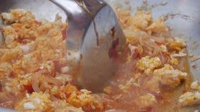 Νουντλς και αυγό που τηγανίζονται σε ένα wok Βαθμιαία μαγειρεύοντας μαξιλάρι Ταϊλανδός Ταϊλανδική κουζίνα closeup 4K απόθεμα βίντεο