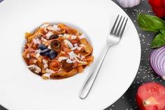 Νουντλς με το μοσχαρίσιο κρέας και τις ελιές Διακοσμημένος με τα λαχανικά, το βασιλικό και τους σπόρους σουσαμιού στοκ φωτογραφία με δικαίωμα ελεύθερης χρήσης