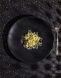 Νουντλς σε ένα μαύρο πιάτο Στοκ φωτογραφία με δικαίωμα ελεύθερης χρήσης