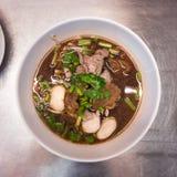 Νουντλς χοιρινού κρέατος και μαύρη κορυφή σούπας με το κεφτές και λαχανικά στο άσπρο κύπελλο στοκ φωτογραφία με δικαίωμα ελεύθερης χρήσης
