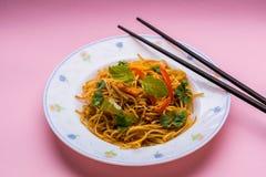 Νουντλς Chowmein σε ένα πιάτο με chopsticks Στοκ φωτογραφία με δικαίωμα ελεύθερης χρήσης