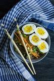 Νουντλς soba φαγόπυρου με τη σάλτσα και δευτερεύοντα πιάτα στη σούπα Ιαπωνικά τρόφιμα E r Άποψη από στοκ εικόνες