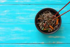 Νουντλς Soba, ψημένα μανιτάρια και λαχανικά Στοκ φωτογραφίες με δικαίωμα ελεύθερης χρήσης