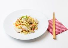 Νουντλς ανακατώνω-τηγανητών με το κρέας κοτόπουλου, το μανιτάρι και το κόκκινο καψικό Στοκ εικόνα με δικαίωμα ελεύθερης χρήσης