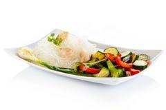 νουντλς και λαχανικά ρυζιού στο λευκό Στοκ εικόνα με δικαίωμα ελεύθερης χρήσης