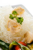 νουντλς και λαχανικά ρυζιού στο λευκό Στοκ Φωτογραφία
